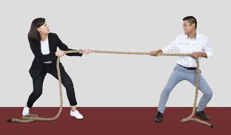 Diverse Menschen, die an einem Seil ziehen