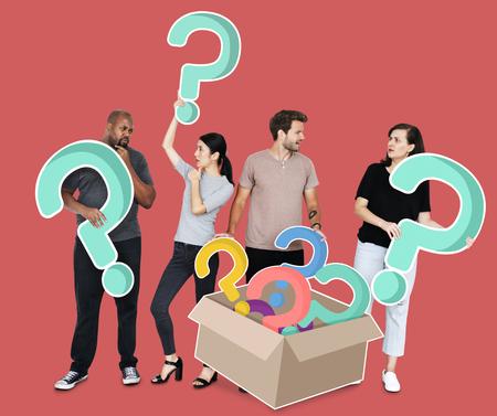 Neugierige Menschen mit Fragezeichen