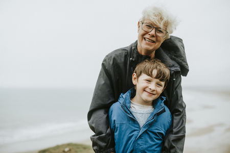 Glücklicher Junge mit dieser Großmutter Standard-Bild