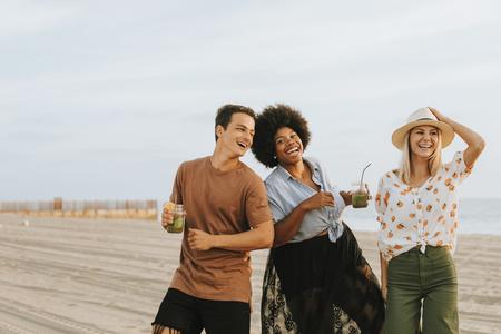 Amis dansant et s'amusant à la plage Banque d'images