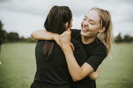 Female football players hugging each other Banque d'images - 111784194