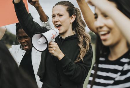 Gruppe von Aktivistinnen protestiert