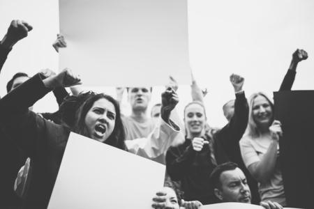 Grupa rozzłoszczonych aktywistów protestuje