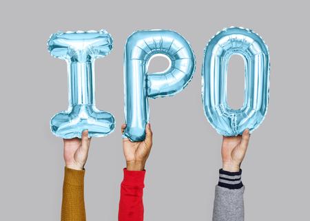Hände, die IPO-Wort in Ballonbuchstaben halten
