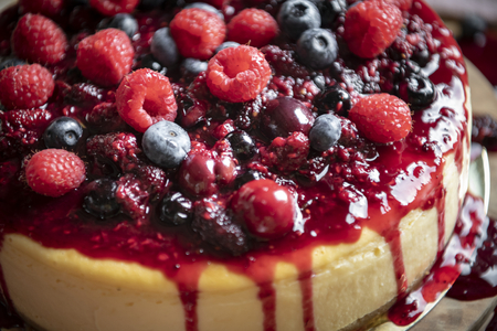Closeup of a cheesecake covered with mixed berries Banque d'images - 111935497