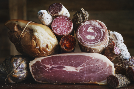 Nahaufnahme von Wurstwaren Fleischprodukte Lebensmittelfotografie Rezeptidee Standard-Bild