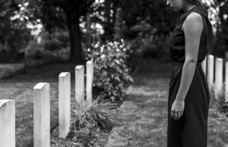 Joven viuda en la tumba Foto de archivo