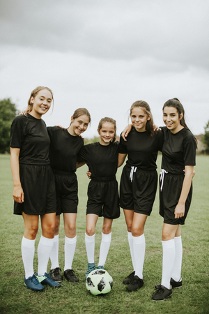 Female football players huddle before a match Imagens