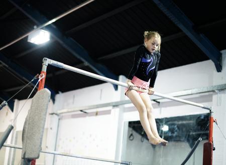Joven gimnasta en una barra horizontal Foto de archivo