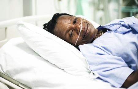 Femme malade dans un lit d'hôpital