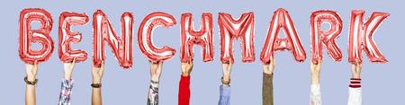 Hände, die Benchmark-Wort in Ballonbuchstaben halten