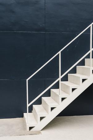 Weiße Treppe in einem blauen Gebäude