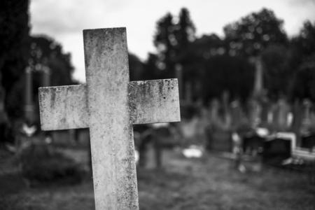 Stone cross at a graveyard Zdjęcie Seryjne - 112150286