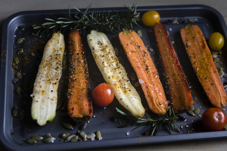 Roasted carrots and turnips on a tray Stockfoto