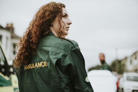 Retrato de mujer paramédico en uniforme Foto de archivo