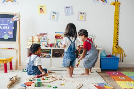 Niños pequeños disfrutando en la sala de juegos. Foto de archivo