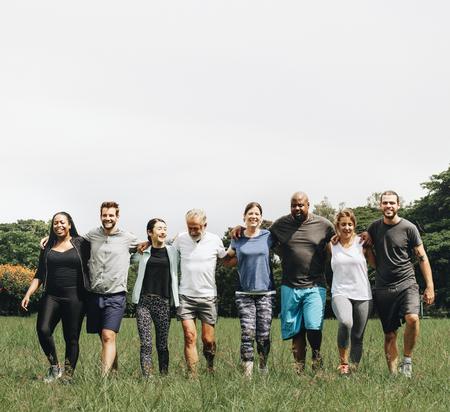 Groep mensen die elkaar knuffelen in het park Stockfoto