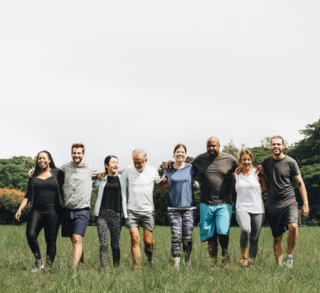 Gruppe von Menschen, die sich im Park umarmen Standard-Bild