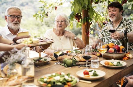 Gran familia cenando en la terraza.