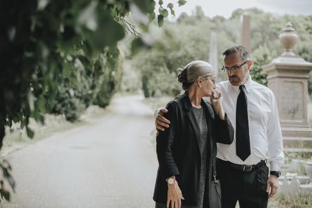 Ehemann versucht seine Frau wegen ihres Verlustes zu trösten Standard-Bild