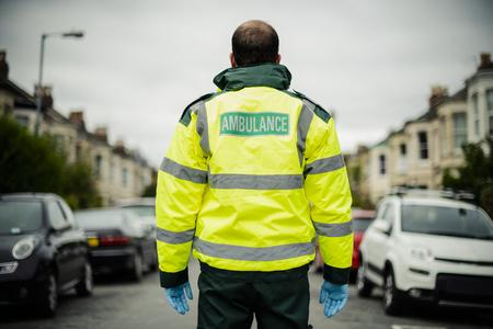 Retrato de un paramédico masculino en uniforme Foto de archivo