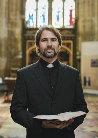 Christelijke priester die bij het altaar staat