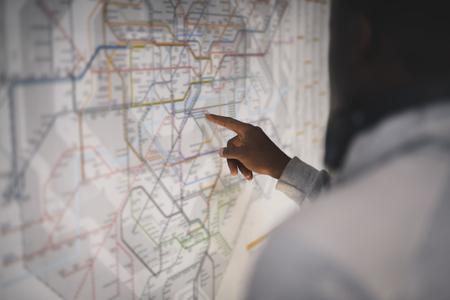 Couple vérifiant une carte des transports publics