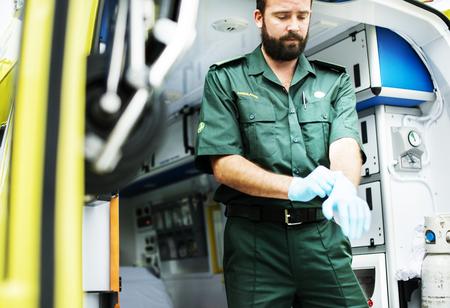 Paramédicos en el trabajo con una ambulancia. Foto de archivo