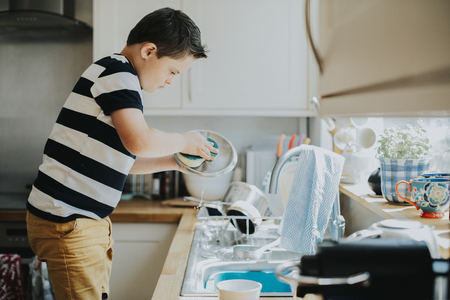 Little boy doing the dishes 免版税图像 - 112891598