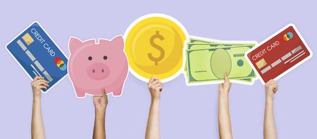 Manos sosteniendo el gráfico de los iconos de finanzas