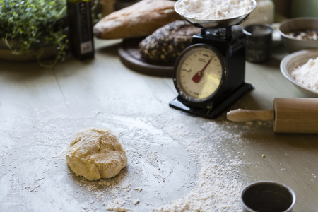 Dough on a table with a weighing scale Foto de archivo - 113085648