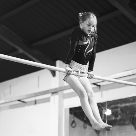 Young gymnast on a horizontal bar 스톡 콘텐츠