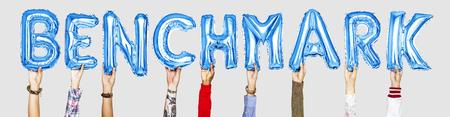 Hände, die Benchmark-Wort in Ballonbuchstaben halten Standard-Bild