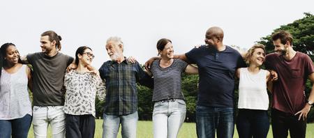 Grupa ludzi przytulających się w parku