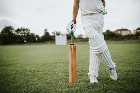 Giocatore di cricket in piedi su un campo Archivio Fotografico