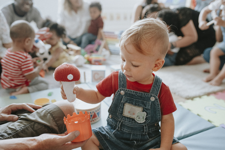 Cute little boy jugando con juguetes en el centro de aprendizaje Foto de archivo