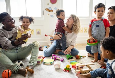 Diverse kinderen genieten van spelen met speelgoed