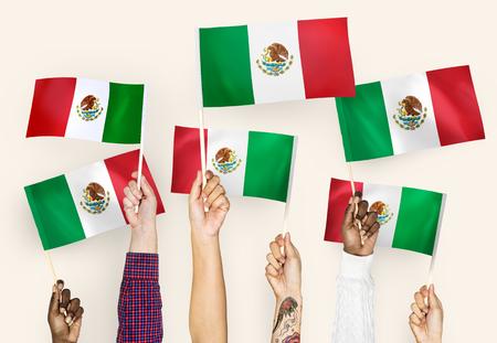 Mains agitant les drapeaux du Mexique Banque d'images