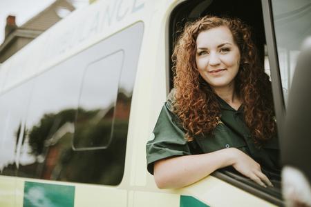 Mujer conductora dentro de una ambulancia Foto de archivo