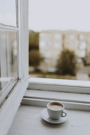A cup of coffee by the window Stockfoto