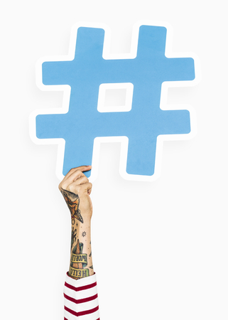 Hand with tattoo holding hashtag icon Foto de archivo - 115667504