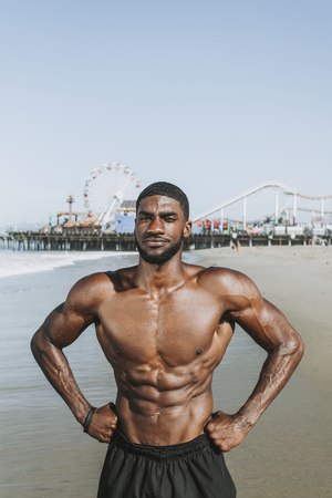 Fit man posing at the beach Banco de Imagens - 115668391