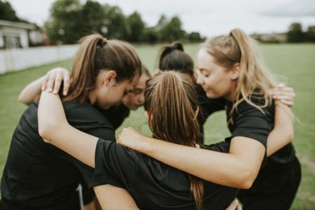 Rugbyspieler drängen sich vor einem Spiel zusammen