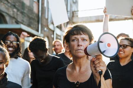 Féministe avec un mégaphone lors d'une manifestation Banque d'images