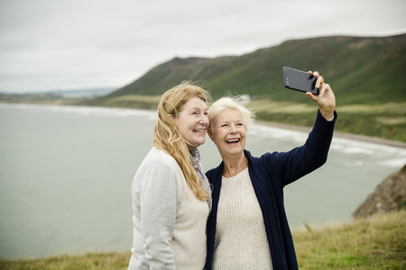 Senior women taking a selfie together 写真素材 - 115671491