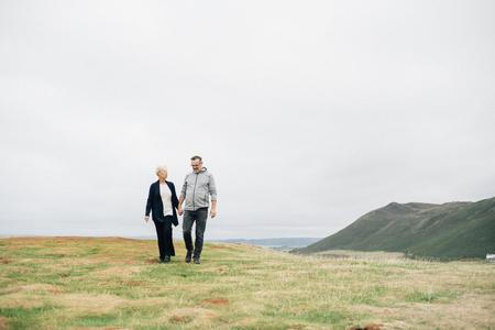 Couple de personnes âgées se tenant la main en marchant Banque d'images