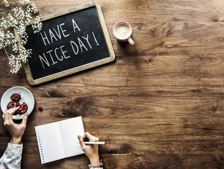 Que tengas una frase de buen día escrita en una pizarra