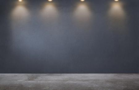Dunkelgraue Wand mit einer Reihe von Strahlern in einem leeren Raum