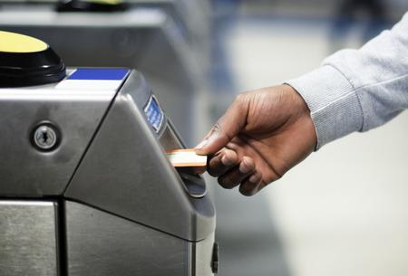 Mann steckt einen U-Bahn-Pass ein