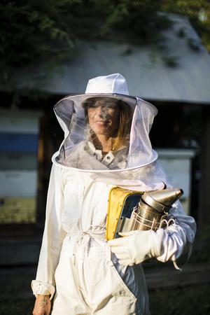 Beekeeper posing with the smoker 免版税图像